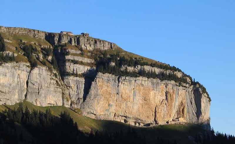 Blick vom Schrennen in Richtung Ebenalp und Berggasthaus Äscher