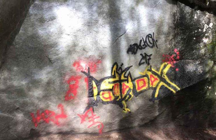 Graffiti en Bloque de Boulder en Magic Wood - Dabbling