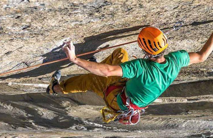Jorg Verhoeven sube la muralla dédrica en el valle de Yosemite