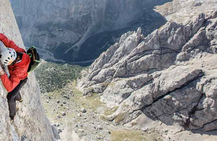 Hansjörg Auer climbs 3 summit in the Dolomites free solo