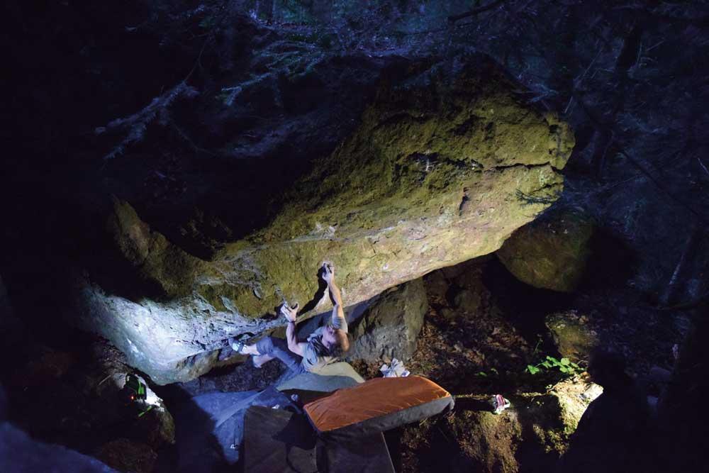 Fred Nicole sube a Steinbrächer en el área de rocas Murgtal (Imagen: Silvan Dermond)