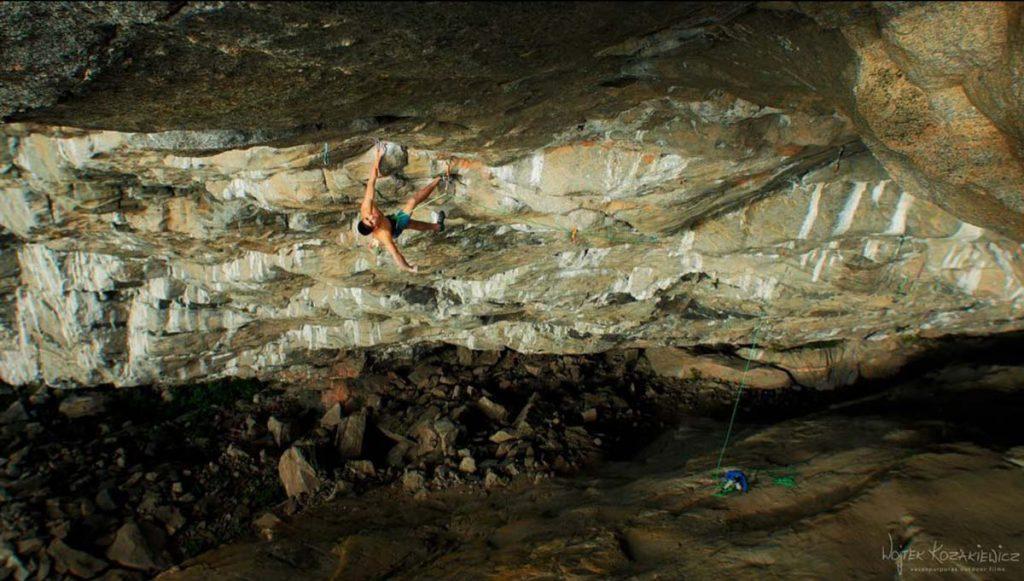 Piotr Schab bei der Begehung von Thor's Hammer in Flatanger - Bild: Wojtek Kozakiewicz