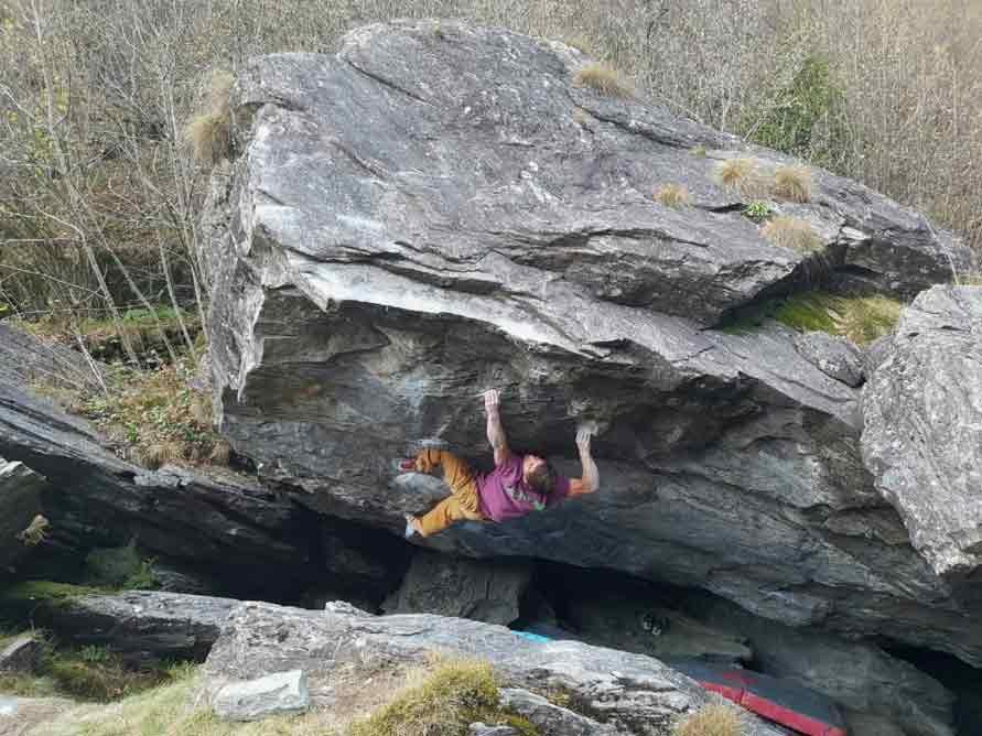 Christof Rauch klettert Alpha Boulder 8b+ im Calancatal