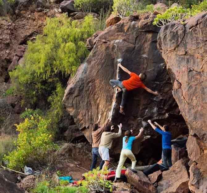 Nils Favre beim Bouldern in Gran Canaria