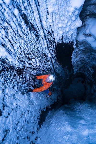 Dani Arnold sale de la oscuridad del glaciar