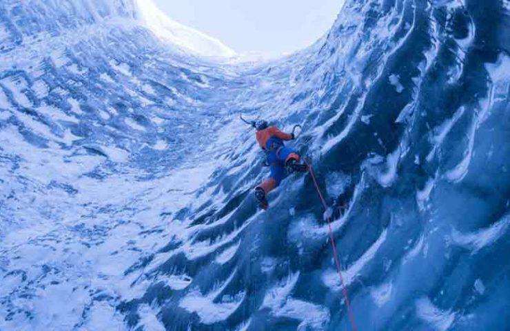 Dani Arnold trepa en las profundidades de un glaciar