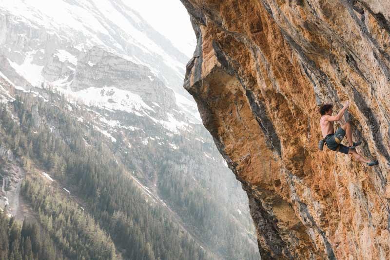 Alexander Rohr in der stark überhängenden Route Alpenbitter bei Gimmelwald