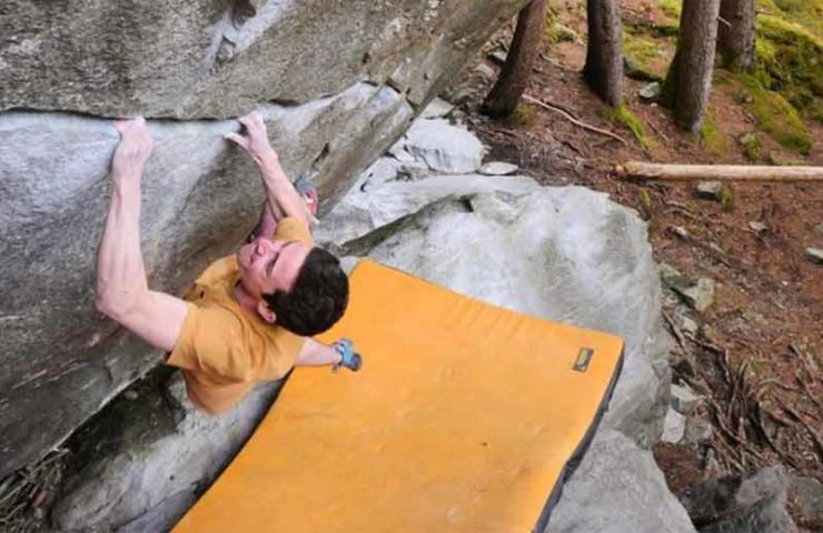 Eliot Stephens klettert New Base Line und weitere Klassiker im Magic Wood