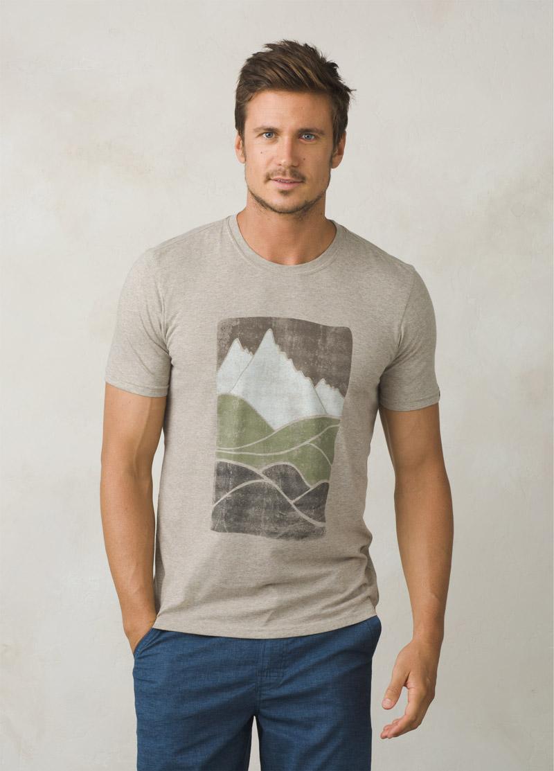 Das Ezer T-Shirt ist aus leichtgewichtigem Baumwoll-Mischgewebe mit gutem Feuchtigkeitstransport und hat einen grossen Berg-Print auf der Front.