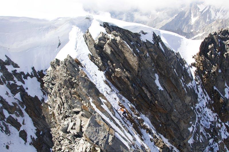 Dani Arnold corto antes-la-cumbre-an-der-Grandes Jorasses Norte Face-