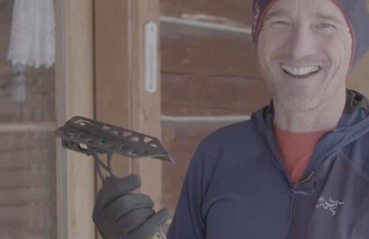 Will Gadds prueba los fusibles móviles en las frágiles formaciones de hielo de Helmcken Falls.