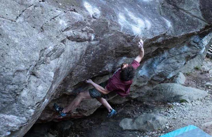 Jimmy Webb begeht Tessiner 8c-Boulder From Dirt Grows the Flowers