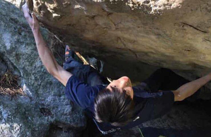 Ryohei Kameyama holt sich die Begehung des 8c+ Boulders La Révolutionnaire in Fontainebleau