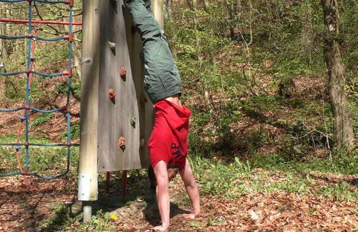 Der Handstand als Ausgleichstraining für Kletterinnen und Kletterer