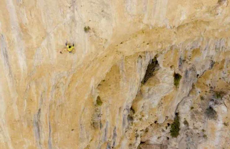 El gran escalador Seb Bouin instala la mega línea Lily's Eye con el apoyo de su madre