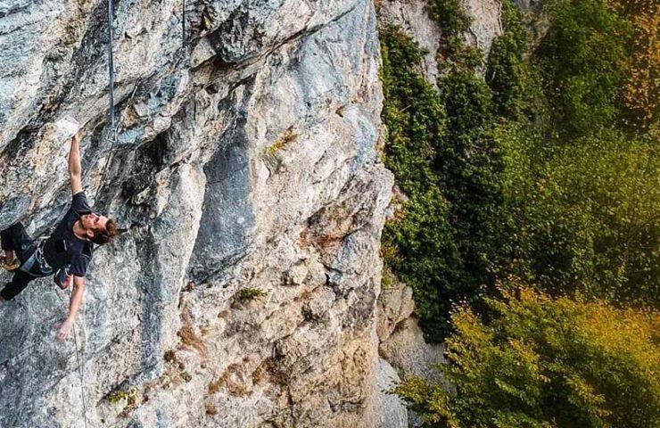 Kevin Heiniger masters the Lindental traverse E la natura va (8c)