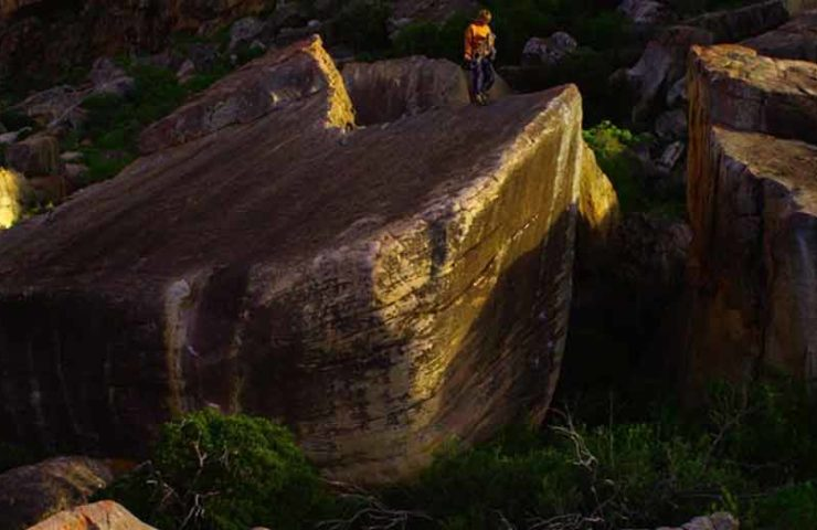 Shawn Raboutou holt sich die dritte Begehung des 8c-Boulders Livin' Large in Südafrika