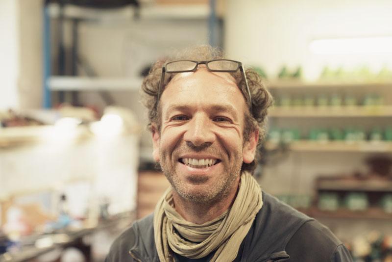 Fred Nicole im Schuh-Atelier von Gecko Resoling in Zürich.