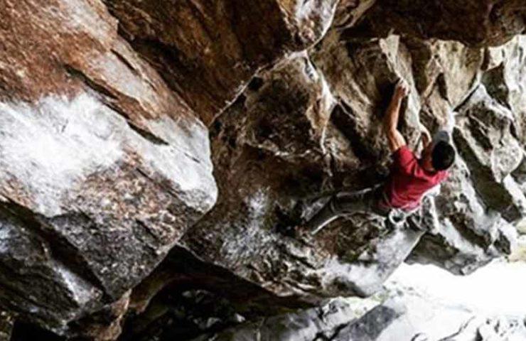 Giani Clément klettert als Dritter den 8c-Boulder La Grosse Tarlouze