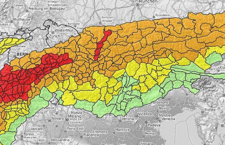 Die Natur ist grenzenlos Die Berge kennen keine Verwaltungsgrenzen. Dasselbe gilt für die Schnee- und Lawinensituation. Für die Alpen werden jedoch von 17 Lawinenwarndiensten unterschiedliche Lawinenprognosen herausgegeben. Die erste Herausforderung stellt sich mit dem Auffinden der richtigen Webseiten. Da die Lawinenprognosen unterschiedlich dargestellt werden, erfordert jede Web-Seite eine Einarbeitungs- und Gewöhnungsphase. Standardisiert aber subjektiv unterschiedlich interpretiert Die Europäischen Lawinenwarndienste stützen sich zwar auf die standardisierte Europäische Gefahrenskala. Die Skala wird aber mehr oder weniger unterschiedlich angewandt. Die Praxis zeigt immer wieder markante Unterschiede. Auch die Aufbereitung der Prognosen anhand der Informationspyramide wird nicht einheitlich gehandhabt. Zum Schluss sieht sich der Wintersportler und die Wintersportlerin häufig mit widersprüchlichen Informationen bei gleichen Verhältnissen konfrontiert. Zukunftsvision Deshalb haben wir eine Vision. Wir wünschen uns eine konsistente, so weit wie möglich homogene und mehrsprachige Lawinenprognose für den gesamten Alpenraum. Identische Darstellung, keine gravierende Unterschiede in der Verwendung der Gefahrenstufen, ohne vom Menschen geschaffene, sondern nur mit natürlichen Grenzen. Und dieser könnte wie folgt aussehen: Initiative für eine alpenweit einheitliche Lawinenprognose Abb. 1: Lawinenprognose vom 14. März 2019 für den ganzen Alpenraum Bestmögliche Ausrichtung der Lawinenprognose auf die Bedürfnisse von Schneesportlern, denn sie stellen die große Mehrzahl der Lawinenopfer Konsistente Verwendung der Gefahrenstufe. Eine Arbeit von Techel et. al. (2018) zeigt, dass hier Handlungsbedarf besteht, da unterschiedliche Warndienste bei ähnlicher Situation oft verschiedene Gefahrenstufen vergeben. Einheitliche und vollständige Verwendung aller Elemente aus der Informationspyramide. Mehrsprachigkeit: Mindestens eine Lokalsprache plus Englisch. Gleicher Ausgabezeitpunkt am