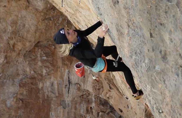 Matilda-Söderlund-bei-der-Begehung-der-Route-Golden-for-a-moment-in-Utah.jpg