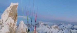 Fabi Buhl startet mit Gleitschirm vom Gipfel des Cerro Torre