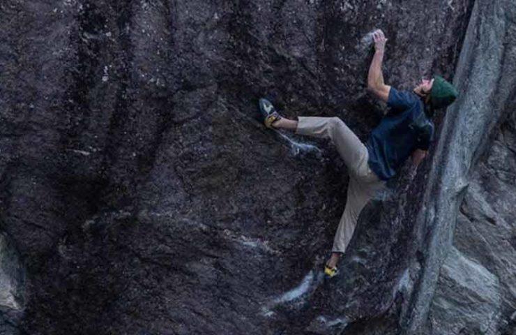 Shawn Raboutou bei der Begehung von Roadkill (8c) im Val Bavona