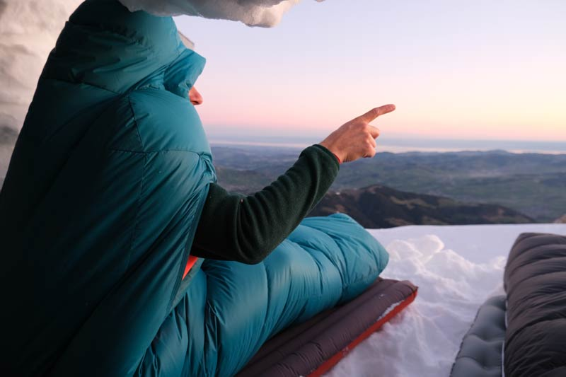 Con el equipo adecuado, puedes dormir en el campamento de invierno sin congelarte.