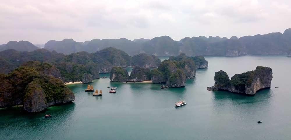 Die Ha Long Bay mit ihren unzähligen Kalksteinformationen. (Bild Louder Than Eleven)