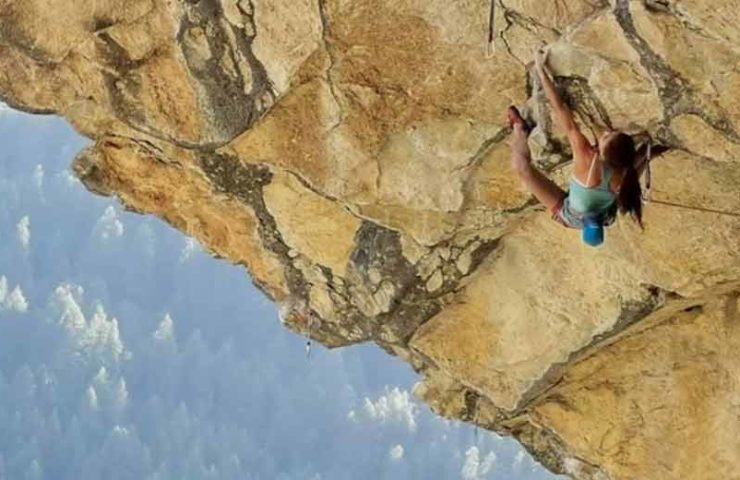 Laura Rogora klettert La Prophétie des Grenouilles (9a) in nur drei Versuchen