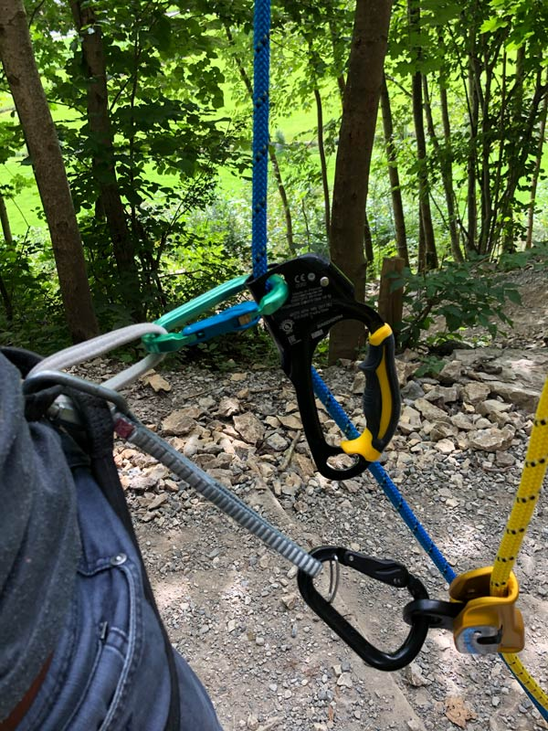 Rope Solo im Toprope: Bei unserem Setup haben wir die halbstatischen Seile von Petzl und die Steig-/Seilklemmen von Petzl verwenden, jedoch mit Karabinern von Austrialpin gearbeitet.