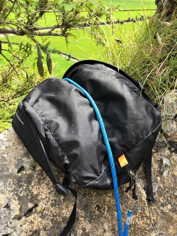 Rope Solo im Toprope: Als Kantenschutz kann, je nach Stelle, auch ein Rucksack dienen. Bei dieser Stelle handelte es sich lediglich um die Hintersicherung. Der Hauptstrang des Sicherungsseils war bei unserer Route vollständig frei hängend.