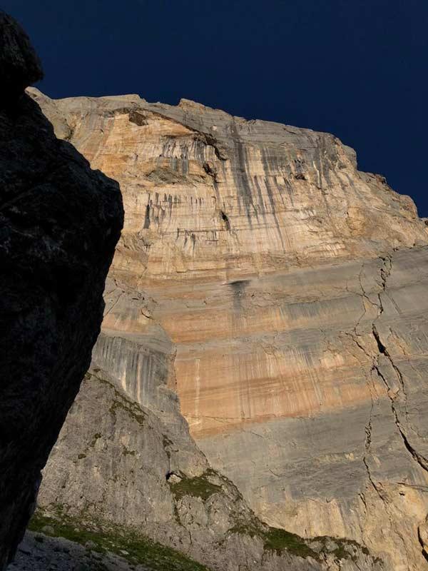 Fantástica roca en la ruta de los niños sin cabeza en Schijenfluh en Rätikon.