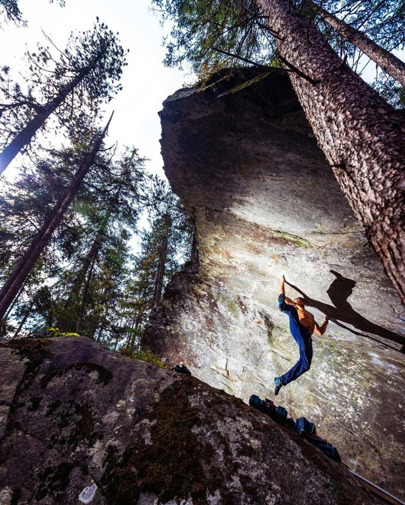 Jonas Winter bei der Begehung von Power of Now (8c) im Magic Wood
