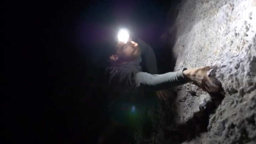 El IKO Core en uso nocturno para escalada deportiva.