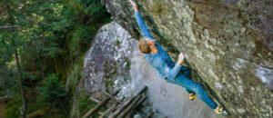Dem Österreicher Jakob Schubert gelingt die Erstbegehung des 8c-Boulders La Force Tranquille im schweizerischen Bouldergebiet Magic Wood.