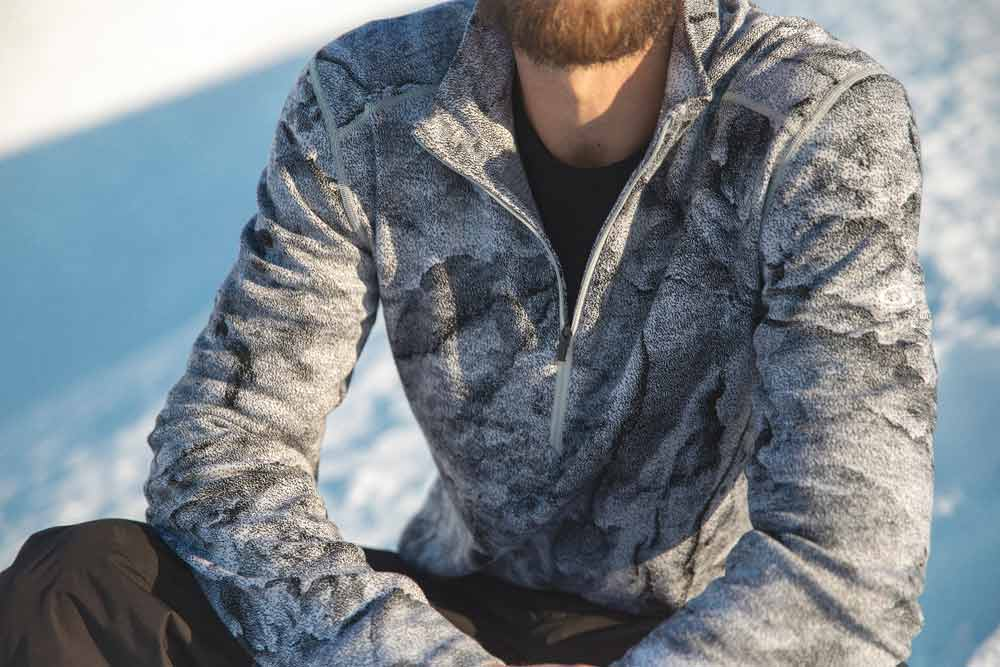 The 250 Vertex LS M Half Zip JBG long-sleeved shirt immediately catches the eye with its design by the American artist Justin Brice Guariglia.