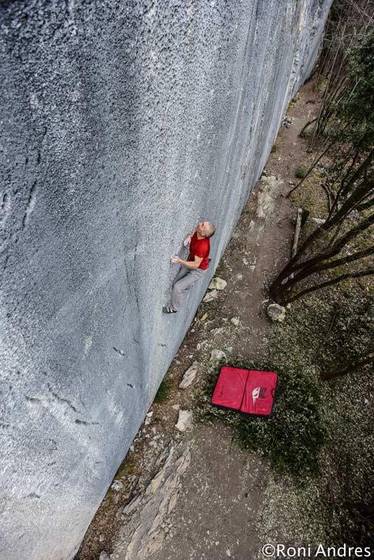 Alfredo Webber durante la ascensión en solitario libre de Panem Et Circenses en el Muro di Pizarra. (Foto Roni Andres)