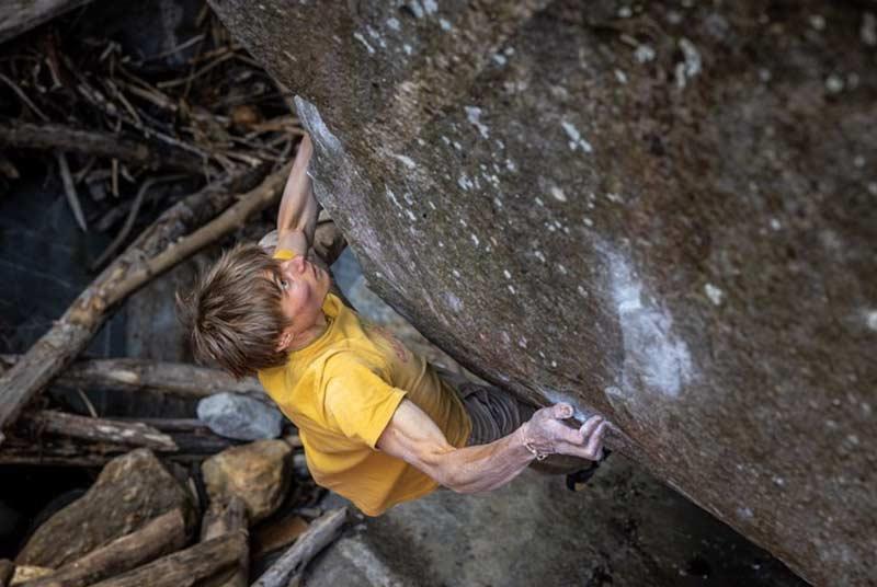 Alexander Megos bouldert erfolgreiche in Brione. (Bild Jan Virt Photography)