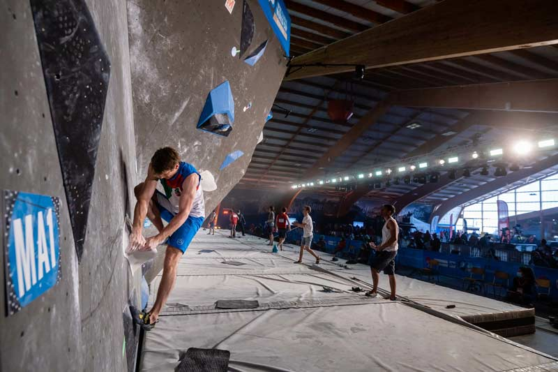 Due to the corona protective measures, there were no spectators in the hall. The athletes were cheered on by their teams and competitors. (Image Jan Virt / IFSC)