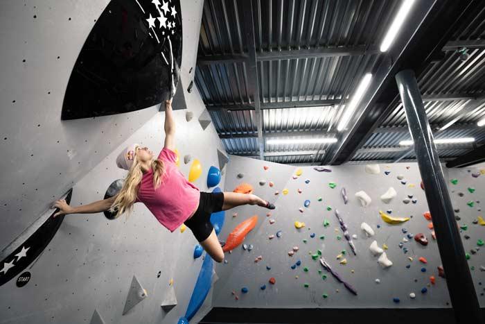 Shauna Coxsey beim Training im Climbing Hangar Matchworks in Liverpool (Bild Matthew Bird / Red Bull Content Pool)