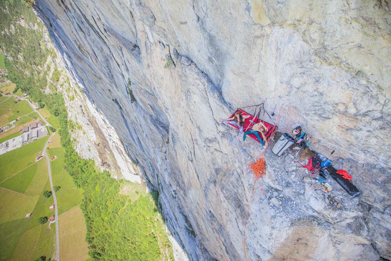 Die beiden Belgier beim Felsband unterhalt der 17. Seillänge von Fly. (Bild Julia Cassou)