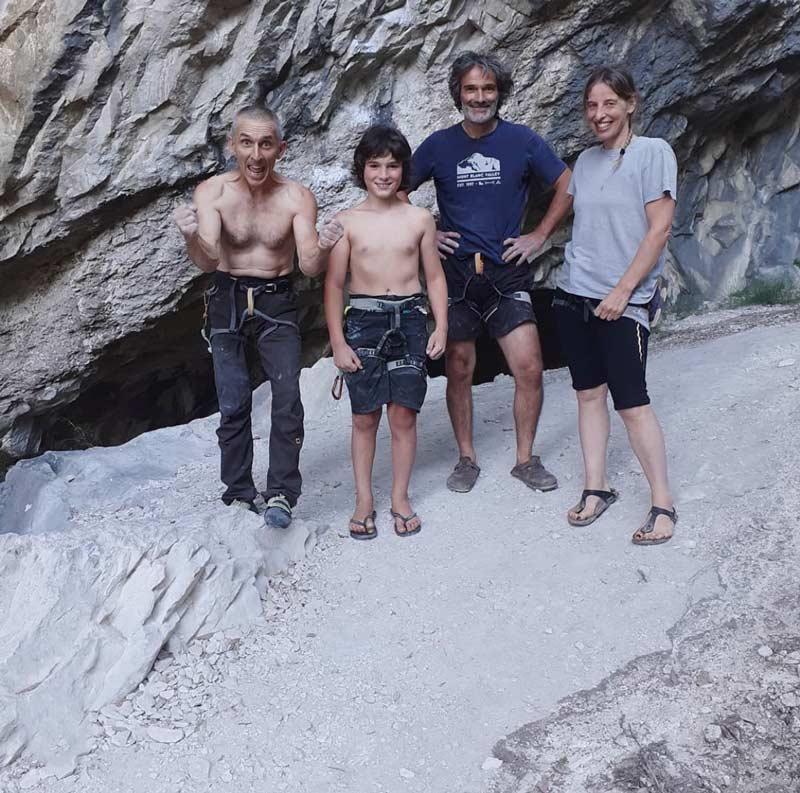 Alfredo Webber, Andrea Chelleris und die Eltern Andreas nach dem erfolgreichen Durchstieg. (Bild Alfredo Webber)