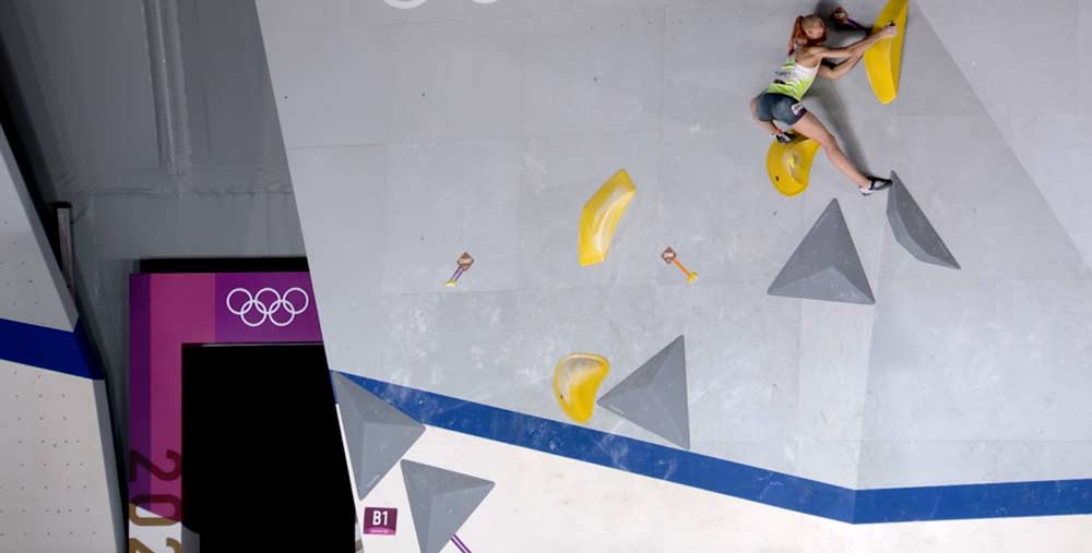 Janja Garnbret tops boulder number 1 in the final of the Olympic Games. (Image ARD)