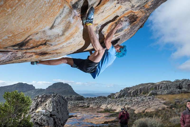 Vadim Timonov bei der Begehung des 8c-Boulders Petrichor. (Bild: Juliet Leonova)