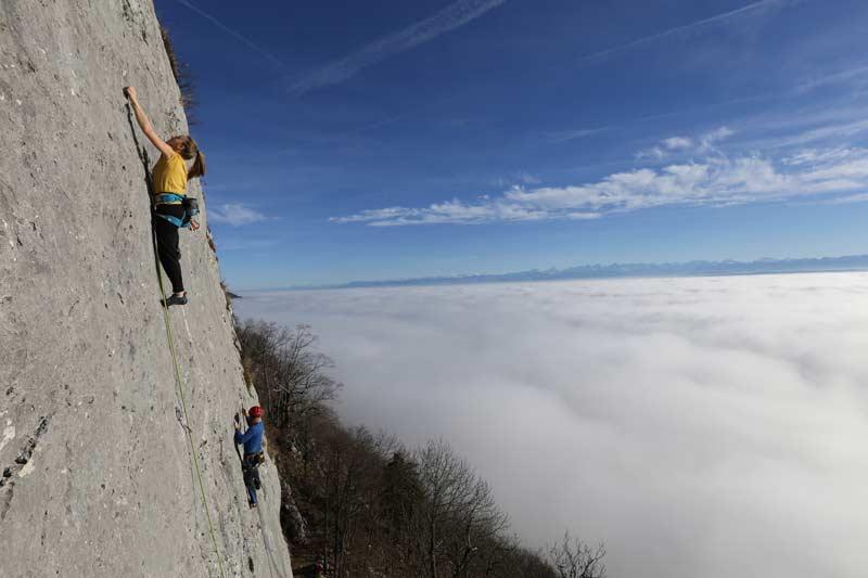 Dem Nebelmeer entflieht man an den strukturierten Kalkfelsen von Orvin wunderbar. (Bild: edition filidor)