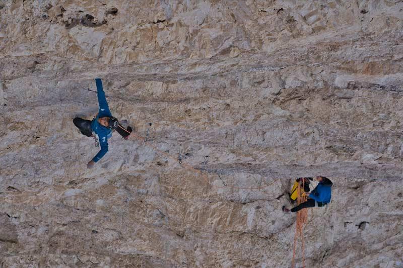 Siebe Vanhee in der Nordwand der Cima Ovest di Lavaredo. (Bild: Klaas Willems)
