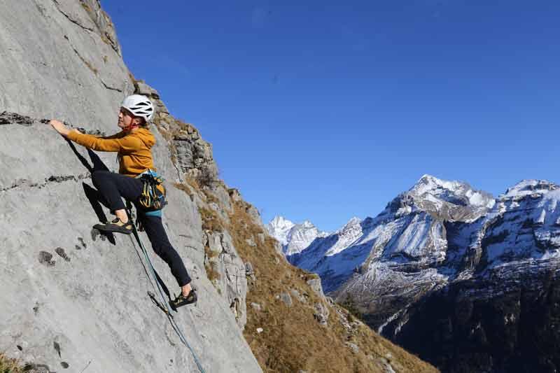 Mit den Berner Dreitausendern im Rücken an warmen Felsen – das ist Üschene. (Bild: edition filidor)