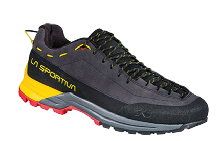 Leicht bekleidet – auch an den Füssen – geht es an die sonnigen Felsen. Mit dem TX Guide Leather von La Sportiva ist man schnell über dem Nebel.