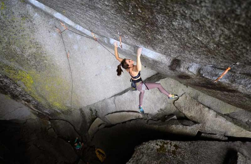 Paige Claassen durante el ascenso de la ruta Dreamcatcher cerca de Squamish. (Foto Arjan de Kock)